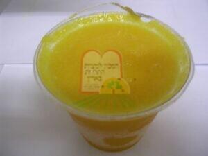 כנימות מגן צפות על מיץ לימון קפוא