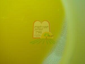 רימת זבוב הפירות צפה על פני מיץ תפוזים סחוט