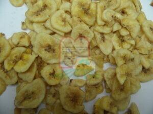 בננה צ'יפס שאוחסנה בתנאים לקויים, ניתן להבחין בחיפושית בוגר וזחל