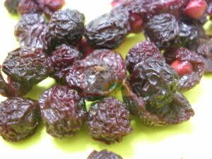 רימה של זבוב הפירות שנותר בדובדבן לאחר ייבוש בתנור,